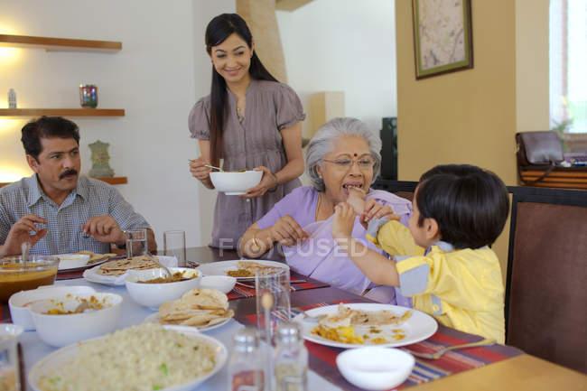 Junge, die Fütterung seiner Großmutter — Stockfoto
