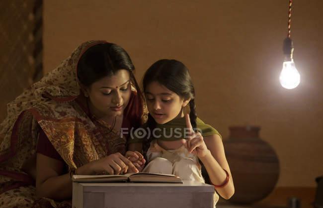 Fille de mère aidant à étudier — Photo de stock