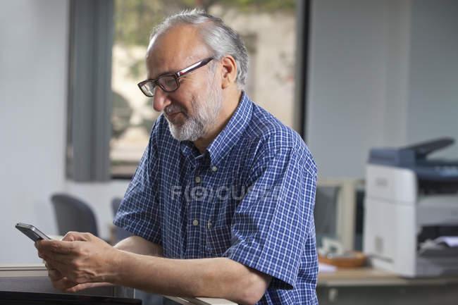 Executive reading sms — Stock Photo
