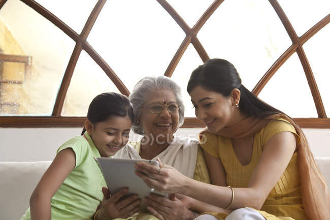 Famille en regardant tablette numérique — Photo de stock