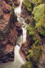 Acque di torrente nel Red Rock Canyon, Waterton Lakes National Park, Alberta, Canada — Foto stock