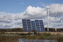 Панели солнечных батарей и ветряные мельницы в сельскохозяйственных земель Юго-Западного Онтарио в Канаде — стоковое фото