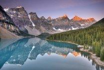 Lago Moraine com reflexão de montanhas rochosas, ao nascer do sol no Parque Nacional de Banff, Alberta, Canadá — Fotografia de Stock