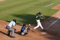 Хиттер установил контакт с бейсболом во время турнира в Камлупсе, Томпсон Оканаган, Британская Колумбия, Канада — стоковое фото