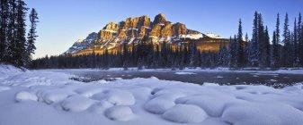 Castle Mountain et la rivière Bow en saison d'hiver dans le Parc National Banff, Alberta, Canada — Photo de stock