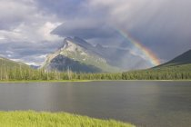 Schöner Regenbogen über Mount Rundle in Banff Nationalpark, Alberta, Kanada — Stockfoto