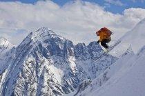 Чоловічий беккантрі лижник, стрибати в горах Кхумбу Lodge, Золотий, Британська Колумбія, Канада — стокове фото