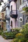 Житлова вулиця в Латинському кварталі, характерний для ряду житлових і вуличних саду в місті, Монреаль, Квебек, Канада. — стокове фото
