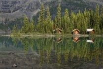Paisaje escénico con Cabañas Lago Ohara Lodge en Parque Nacional de Yoho, Colombia británico, Canadá - foto de stock