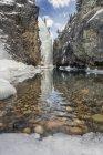 Ruisseau rocheux du Canyon de la rivière Cline en hiver, Bighorn Wildlands, Kootenay Plains, Alberta, Canada. — Photo de stock