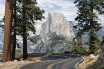 Strada che conduce a Glacier Point a Parco nazionale Yosemite, California, Usa — Foto stock