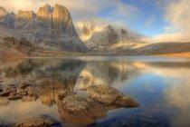 Reflejo del amanecer del Monte Monolito en Divide Lake, Tombstone Park, Yukón, Canadá - foto de stock