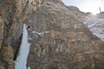 Homme en rappel après le solo libre dans les montagnes de Ghost River Valley, Alberta, Canada — Photo de stock