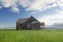 Maison abandonnée sur Prairie dans le sud de la Saskatchewan, Canada — Photo de stock