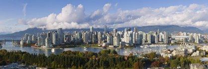 Burrard y Cambie puentes en el horizonte de la ciudad de False Creek, Vancouver, Columbia Británica, Canadá - foto de stock