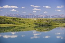 Molinos de viento generando energía y lago cerca de Pincher Creek, Alberta, Canadá. - foto de stock