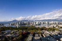 Horizonte de la ciudad con el estadio en False Creek, Vancouver, Columbia Británica, Canadá - foto de stock