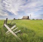 Брошенный амбар рядом с Лидером, Саскачеван, Канада — стоковое фото