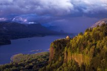 Umore di tempesta alla Vista House in cima a Crown Point, Oregon, Stati Uniti. — Foto stock