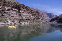 Рафтеры плавают в низовьях реки Колорадо, Гранд Каньон, Аризона, США — стоковое фото