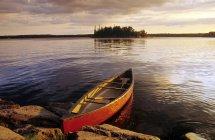 Canot amarré sur le Lac Nutimik, Parc Provincial Whiteshell, Manitoba, Canada. — Photo de stock