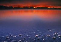 Декорація з Пейн озера і Скелясті гори озер Ватертона, Альберта, Канада. — стокове фото