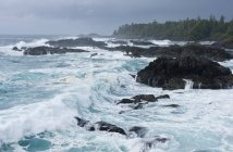 Storm clouds and waves by Wild Pacific Trail in Ucluelet, Canada — Stock Photo
