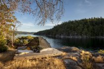 Tenda sull'isola West Curme con vista su Mink Island, Desolation Sound Marine Park, Columbia Britannica, Canada . — Foto stock