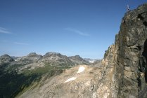 Uomo in piedi sulle scogliere di Lizzy Creek Trail, Pemberton, Columbia Britannica, Canada . — Foto stock