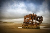 Крушение стальной Барк на побережье вблизи Форт Стивенс, Орегон, США. — стоковое фото