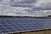 Paneles solares y molinos de viento en tierras de cultivo de southwestern Ontario en Canadá. - foto de stock