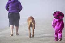 Mother and daughter and dog walking on Long Beach, Pacific Rim National Park, Vancouver Island, British Columbia, Canada — Stock Photo