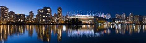Horizonte de la ciudad con el estadio y False Creek de Vancouver en el crepúsculo, Columbia Británica, Canadá - foto de stock