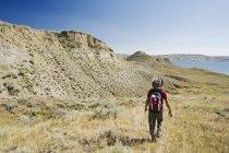 Мандрівні прогулянки по долині річки Південний Саскачеван біля буї, Саскачеван, Канада — стокове фото