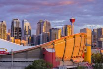 Saddledome арені і Сіті горизонт під драматичні небо, Калгарі, Альберта, Канада — стокове фото