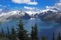 Montagne innevate e Lago Garibaldi a Garibaldi Provincial Park, British Columbia, Canada — Foto stock