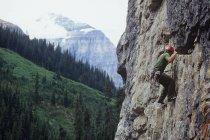 Людина скелелазіння в Lake Louise, Альберта, Канада. — стокове фото