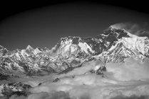 Гора Эверест с шлейфа облаков в Гималайских горах, Непал — стоковое фото