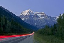 Fluxo de tráfego e majestoso Mount Robson, região Thompson Okanagan, Valemount, Colúmbia Britânica, Canadá — Fotografia de Stock