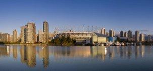 Horizonte de la ciudad con el estadio y False Creek de Vancouver, Columbia Británica, Canadá - foto de stock