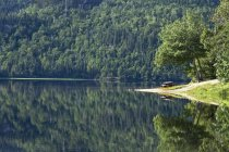 Пікніка на спокійному озера поблизу Беє-Сент-Катрін, велика, Квебек, Канада — стокове фото