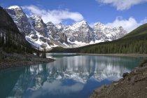 Живописных горных пейзажей Озеро Морейн, Национальный парк Банф, Альберта, Канада — стоковое фото