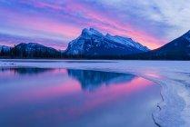 Aube spectaculaire près du mont Rundle, parc national Banff, Alberta, Canada — Photo de stock