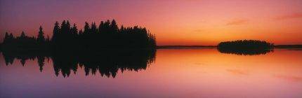 Reflet miroir dans le lac Astotin au coucher du soleil dans le parc national Elk Island, Alberta, Canada . — Photo de stock