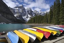 Canoe boats docked at Moraine Lake in mountains of Banff National Park, Alberta, Canada — Stock Photo