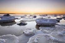 Лед на озере Виннипег на закате, Виктория Бич, Манитоба, Канада. — стоковое фото