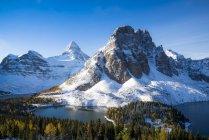 Mount Assiniboine and Sunburst Peak with Cerulean Lake, Mount Assiniboine Provincial Park, British Columbia, Canada — Stock Photo