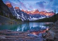 Восход солнца над озером Морейн и долиной десяти пиков в Национальном парке Банф, Альберта, Канада — стоковое фото