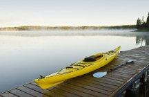 Каяк на пірсі висячі серце озера, Принц Альберт Національний парк, провінція Саскачеван, Канада — стокове фото