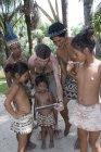 Indiginosi abitanti di Bora che guardano tablet digitali nel villaggio di Kapitari vicino a Manacamiri, Rio delle Amazzoni, Perù — Foto stock